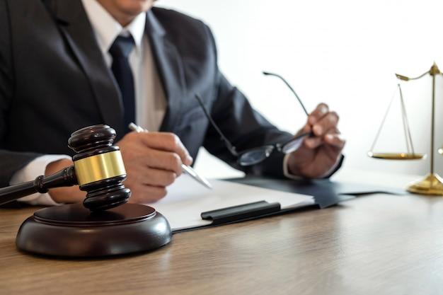 Abogado o notario de sexo masculino que trabaja en un documento e informe del caso importante en el bufete de abogados. Foto Premium