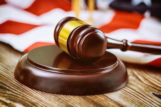 Abogados de ee. uu. en una oficina legal de ee. uu. con mazo de juez sobre mesa de madera con bandera estadounidense Foto Premium