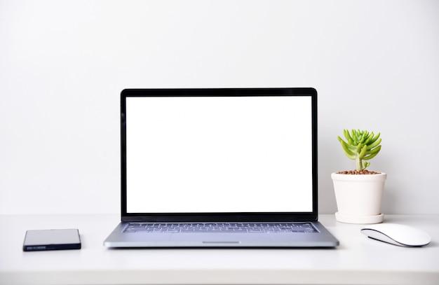 Abra la computadora portátil en el escritorio de la oficina. Foto Premium