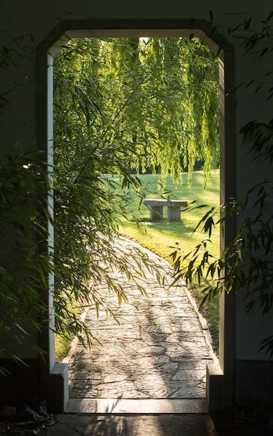 Abra el portal y el camino de ladrillos. Foto gratis