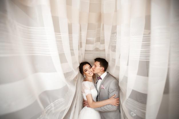Abraza a la joven pareja el día de la boda. Foto Premium