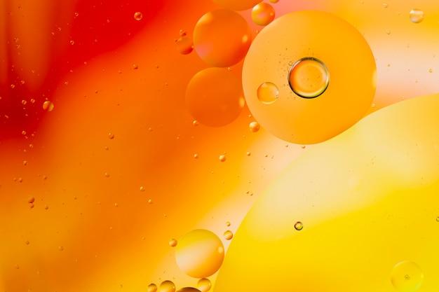 Abstracción de color degradado acompañado de burbujas transparentes y fluidas Foto gratis