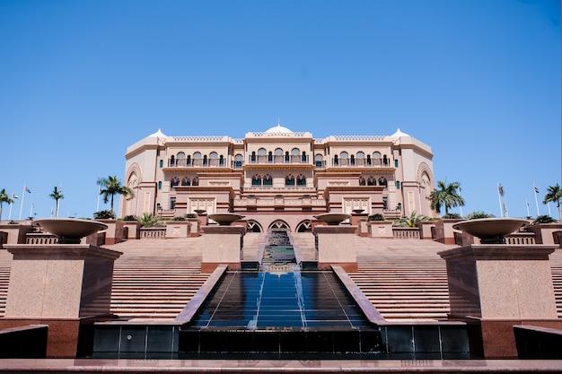 Abu dhabi, emiratos árabes unidos - 16 de marzo: hotel emirates palace el 16 de marzo de 2012. emirates palace es un lujoso y el más caro hotel de 7 estrellas diseñado por el reconocido arquitecto, john elliott riba. Foto gratis