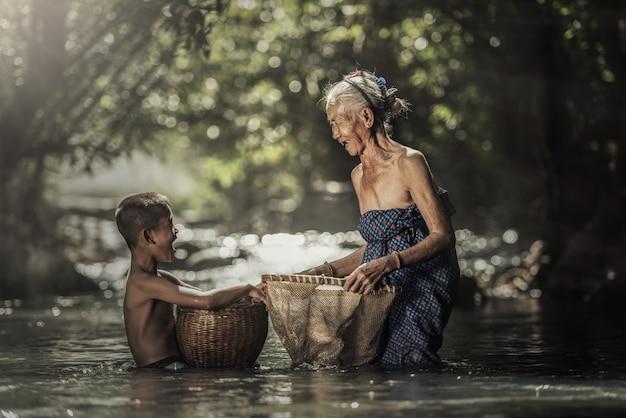 Abuela con nietos Foto Premium