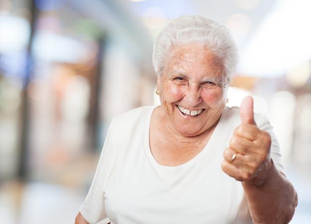 Abuela con el pulgar arriba Foto gratis