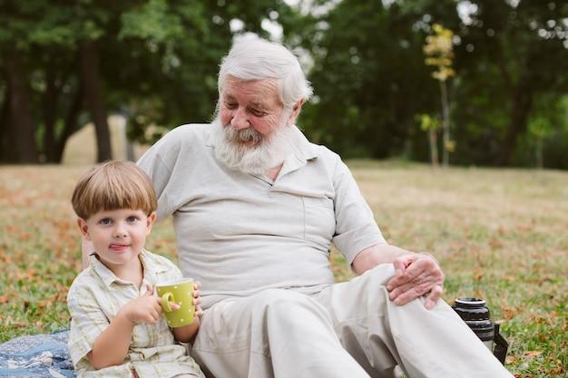 Abuelo y nieto en picnic en el parque Foto gratis