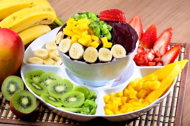 Acai bowl con ensalada de frutas banana mango kiwi y fresa Foto Premium