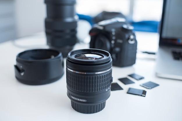 Accesorios de cámara con tarjetas de memoria en escritorio. Foto gratis