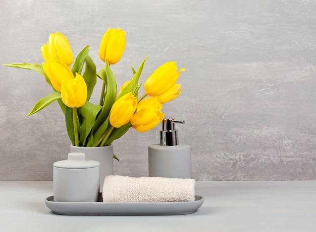Accesorios de cerámica ligera para baño. Foto Premium