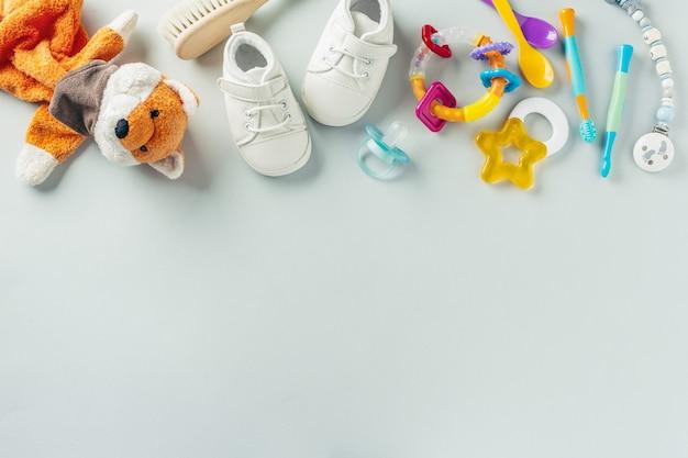 Accesorios para el cuidado del bebé en plano Foto gratis