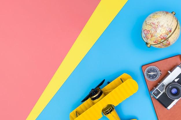 Los accesorios para escritores de bloggers de viajes de hipster se aplanan en azul amarillo y rosa Foto Premium