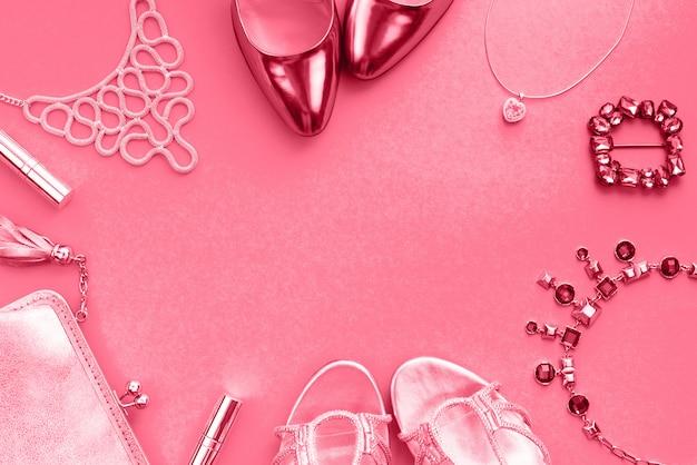 Los accesorios de las mujeres calzan los zapatos del bolso que tonifican la vista superior coral de la endecha plana Foto Premium