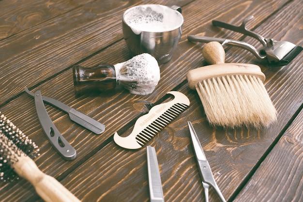Accesorios de peluquería en mesa de madera. Foto Premium