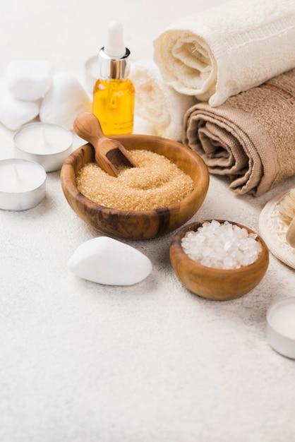 Accesorios de spa de primer plano con toallas y aceite Foto gratis