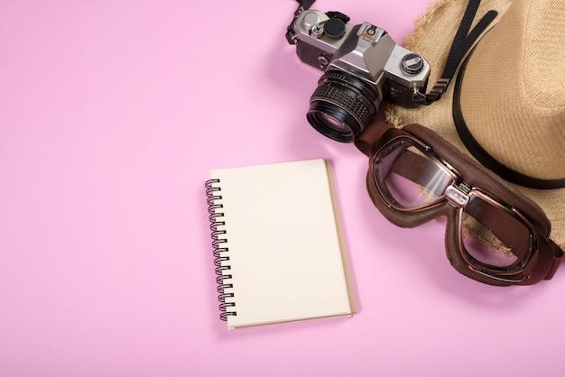 Accesorios de viaje objetos y gadgets vista superior Foto gratis