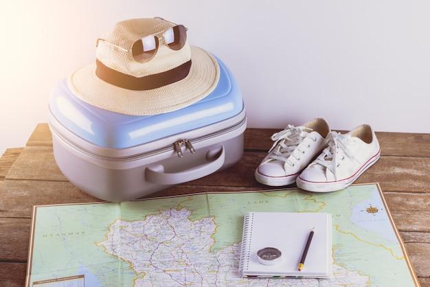 Accesorios de viaje para el viaje. Foto Premium