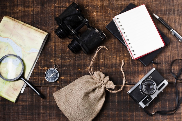 Accesorios de viaje vista superior sobre fondo de madera Foto gratis