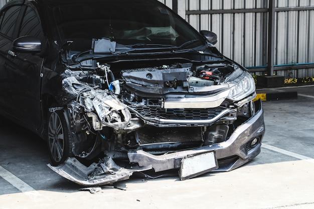 Accidente automovilístico en el estacionamiento con gran accidente dañado y roto. concepto de seguridad y accidente de coche. Foto Premium