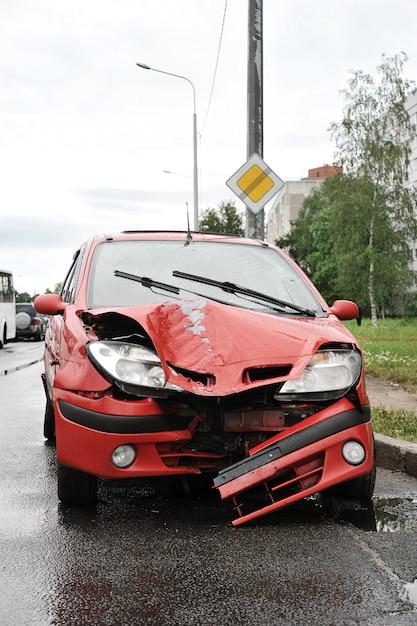 Accidente de carretera con accidente automovilístico rojo Foto Premium