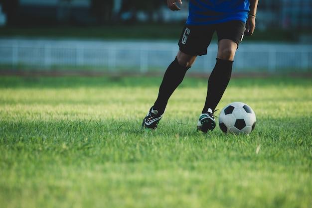 Acción de jugador de fútbol en el estadio Foto gratis