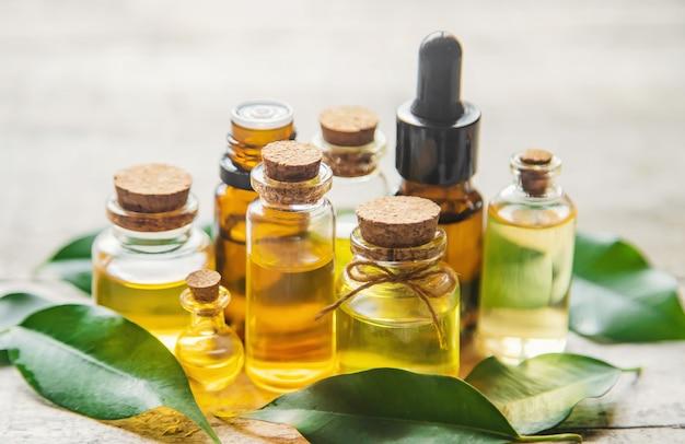 Aceite esencial de árbol de té en una botella pequeña. enfoque selectivo. Foto Premium