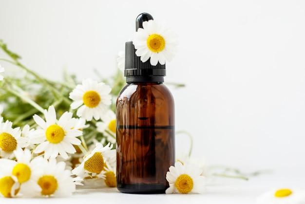 Aceite esencial de aroma con manzanilla. Foto Premium