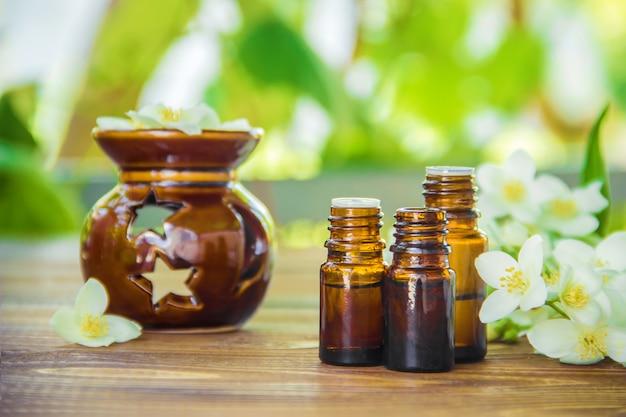 Aceite esencial de jazmín. enfoque selectivo medicina y salud. Foto Premium