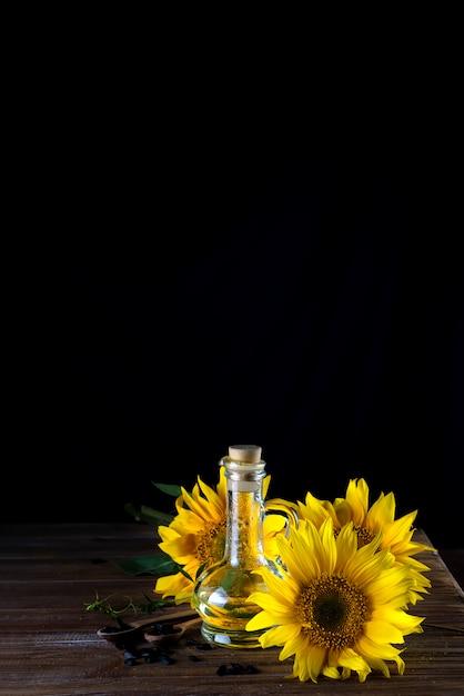 Aceite de girasol en botella de vidrio. Foto Premium