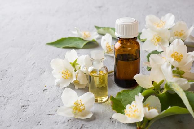 Aceite de jazmín. aromaterapia con aceite de jazmín. flores de jazmín Foto Premium