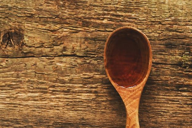 Aceite de oliva en cuchara Foto gratis