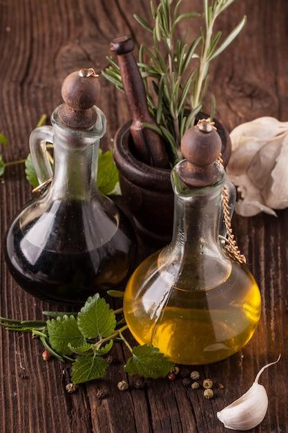 Aceite de oliva y vinagre con hierbas Foto Premium