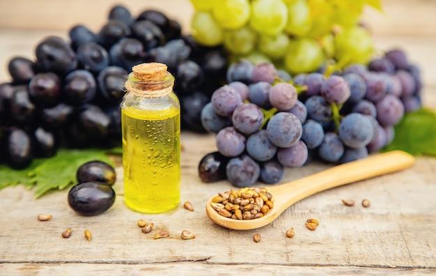 Aceite de semilla de uva en una botella pequeña | Foto Premium