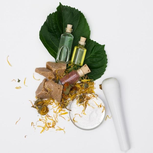 Aceites esenciales naturales con hierbas secas. Foto gratis