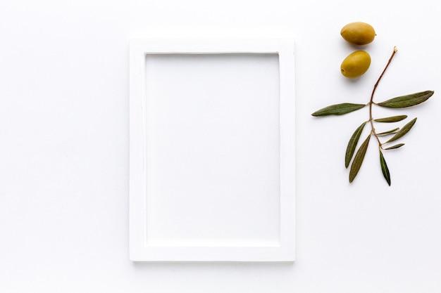 Aceitunas amarillas con maqueta de marco Foto gratis