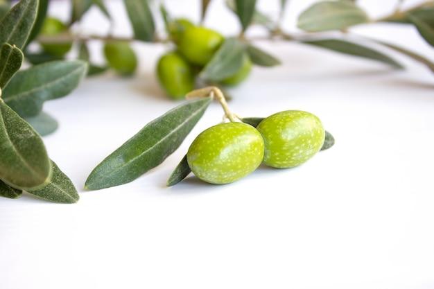 Aceitunas verdes orgánicas frescas en el plato blanco Foto Premium