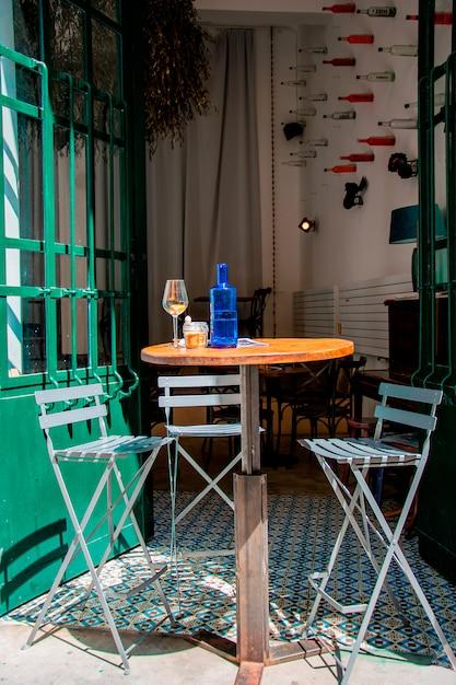 Acogedora cafetería al aire libre con un diseño original en europa. Foto Premium