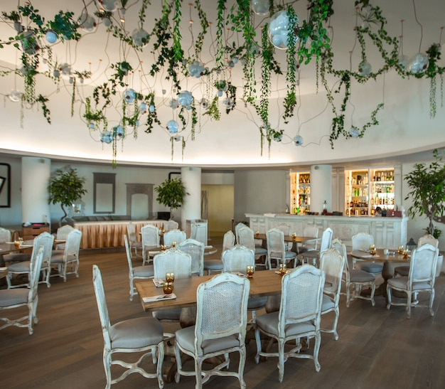 Acogedora cafetería, salón de eventos con muebles blancos. imaeg Foto gratis