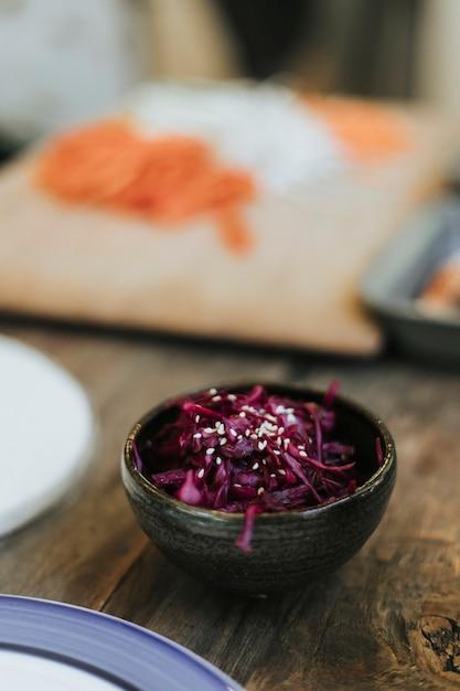 Un acompañamiento de ensalada de col roja Foto gratis