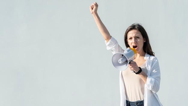 Activista marchando por los derechos con megáfono Foto gratis