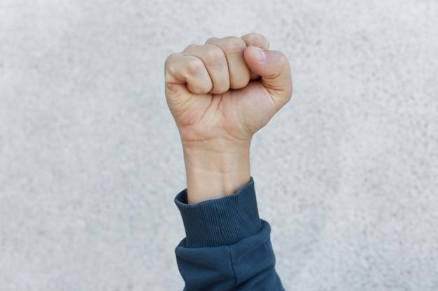 Activista puño durante la huelga Foto gratis