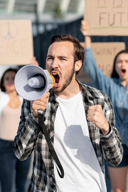 Activistas marchando juntos por la paz Foto gratis