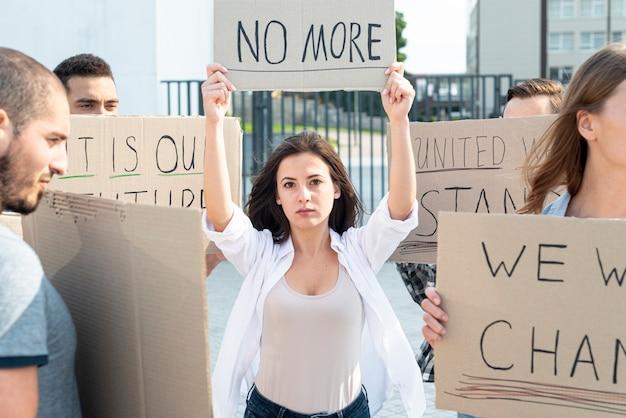 Activistas que se manifiestan juntos por la paz Foto gratis