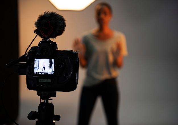 Actriz frente a la cámara en una audición. Foto Premium