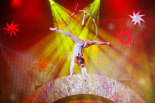 Actuaciones de gimnasta aérea en el circo. Foto Premium