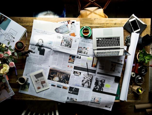 Actualización del artículo de periódico comprobación del departamento de publicaciones Foto Premium