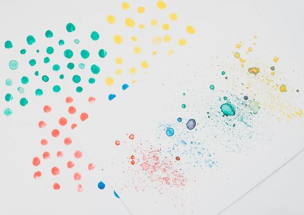 Acuarela colorida manchada en papel de dibujo. Foto gratis
