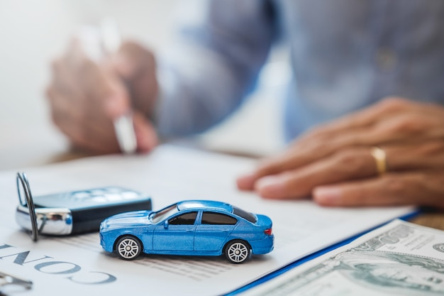 Acuerdo de agente de venta para acordar contrato exitoso de préstamo de auto con el cliente y firmar contrato Foto Premium