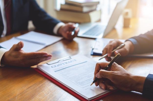Acuerdo de firma comercial de coinversión después de un acuerdo exitoso. contrato comercial y reunión y saludo. Foto Premium