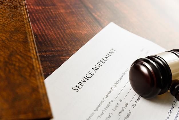 Acuerdo de servicio con cláusulas abusivas llevadas a los tribunales en una demanda. Foto Premium