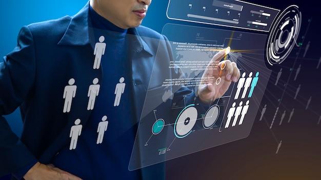Administrador comercial en acción de mano de obra o planificación de recursos humanos u organización empresarial en un tablero virtual futurista de realidad aumentada. Foto Premium